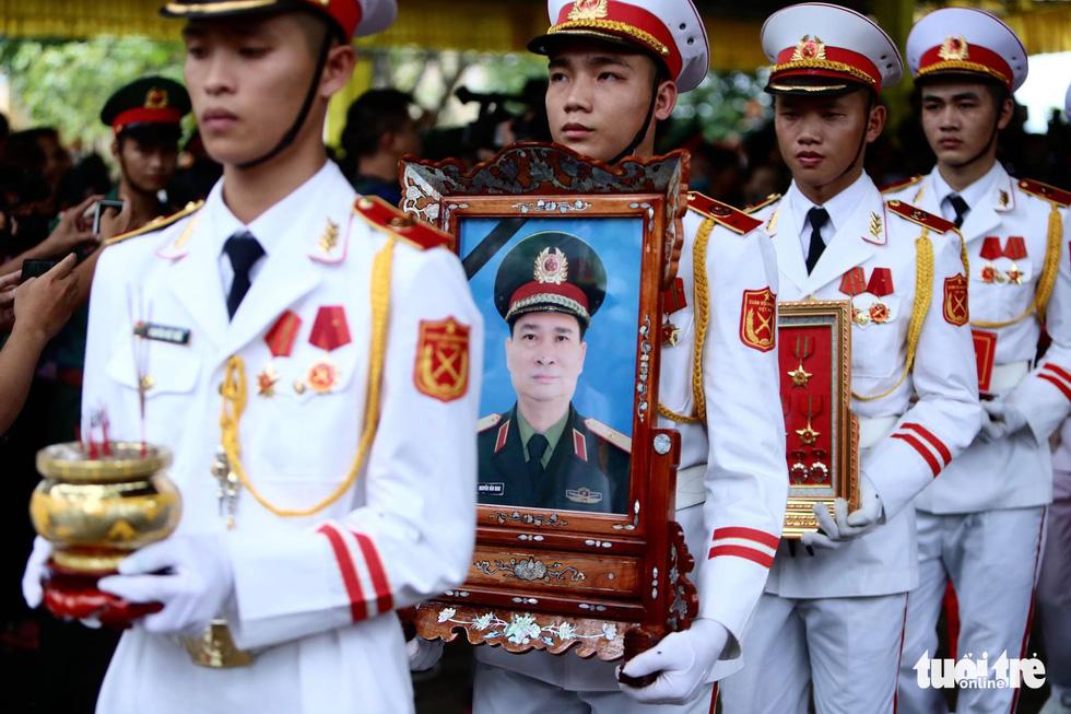Hàng ngàn người vĩnh biệt, đưa linh cữu 13 chiến sĩ, cán bộ về quê nhà - Ảnh 2.