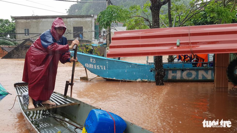 Thị trấn Phong Nha bị nhấn chìm trong lũ - Ảnh 14.