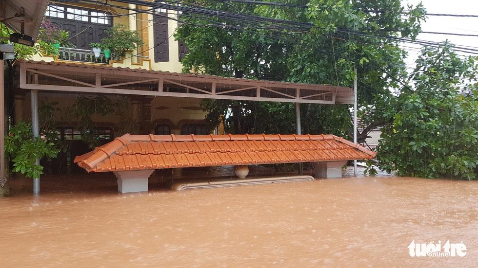 Thị trấn Phong Nha bị nhấn chìm trong lũ - Ảnh 7.