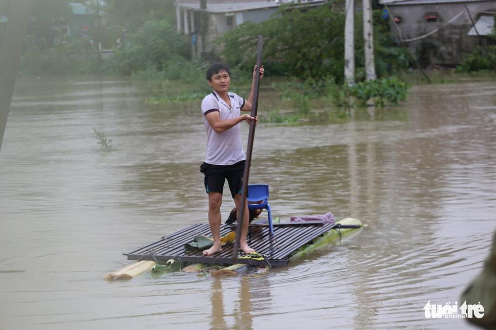 Nước lên nhanh có chỗ 3 mét, dân Quảng Bình tất tả chạy lũ - Ảnh 9.