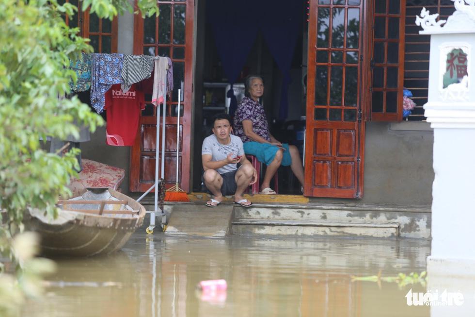 Huế nhiều xã vẫn ngập sâu, người dân chèo thuyền đi nhận cứu trợ - Ảnh 2.