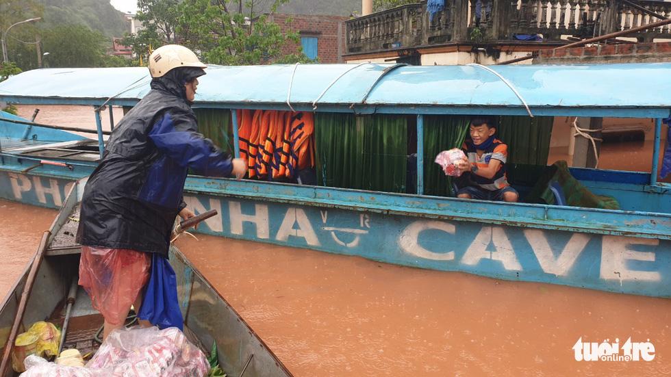 Thị trấn Phong Nha bị nhấn chìm trong lũ - Ảnh 15.