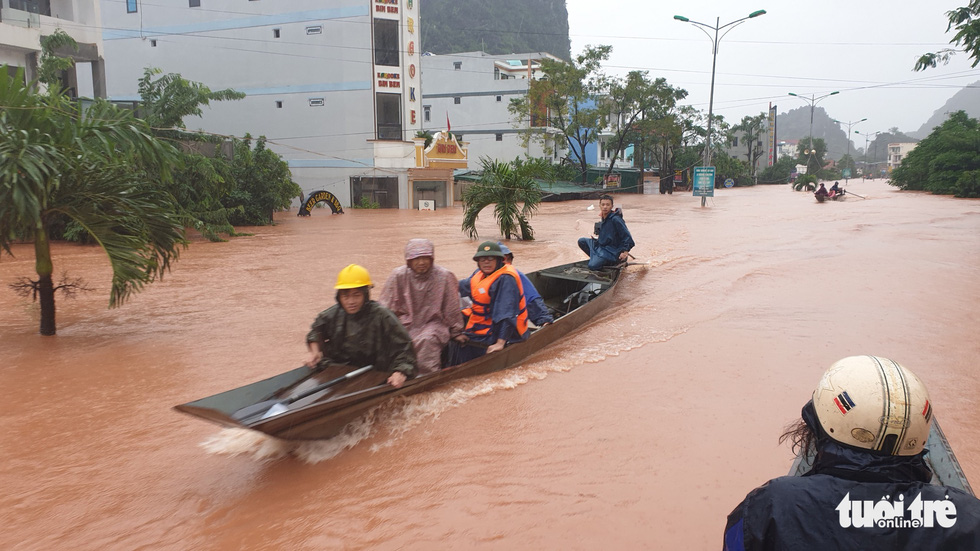 Thị trấn Phong Nha bị nhấn chìm trong lũ - Ảnh 9.