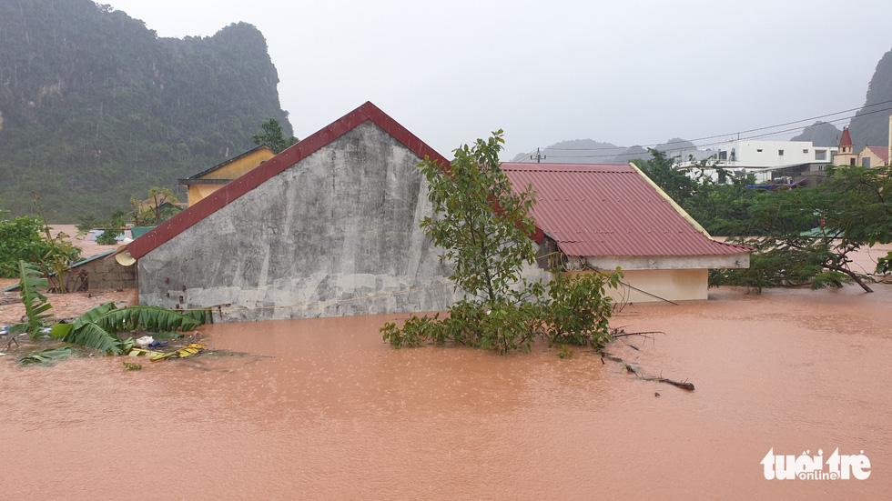 Thị trấn Phong Nha bị nhấn chìm trong lũ - Ảnh 6.