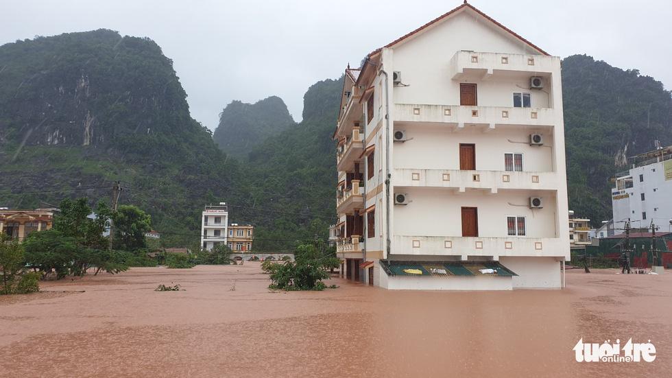 Thị trấn Phong Nha bị nhấn chìm trong lũ - Ảnh 12.