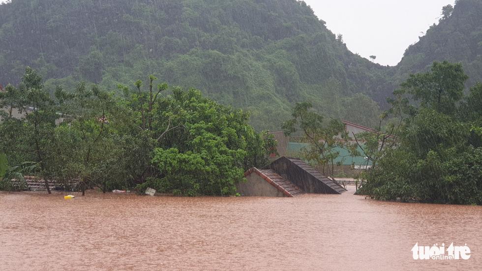 Thị trấn Phong Nha bị nhấn chìm trong lũ - Ảnh 4.