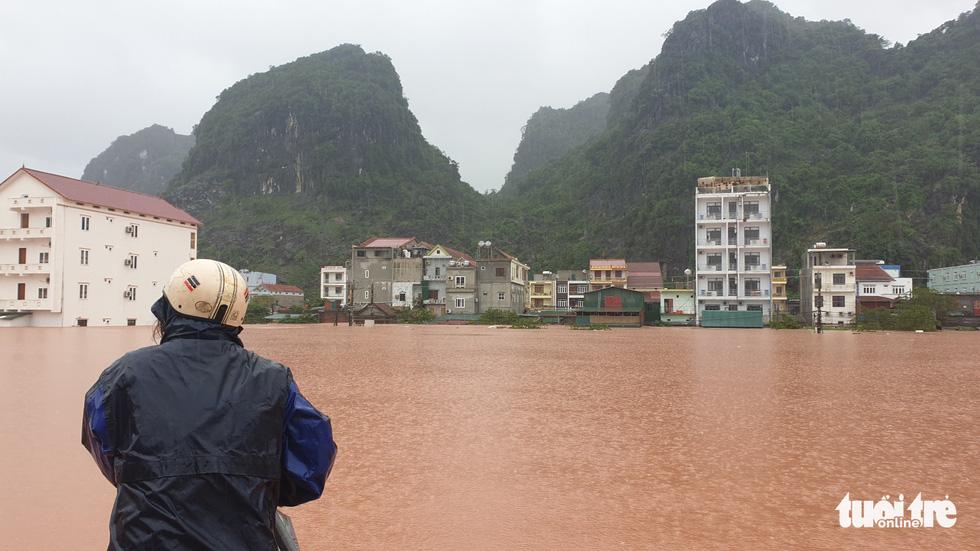 Thị trấn Phong Nha bị nhấn chìm trong lũ - Ảnh 2.