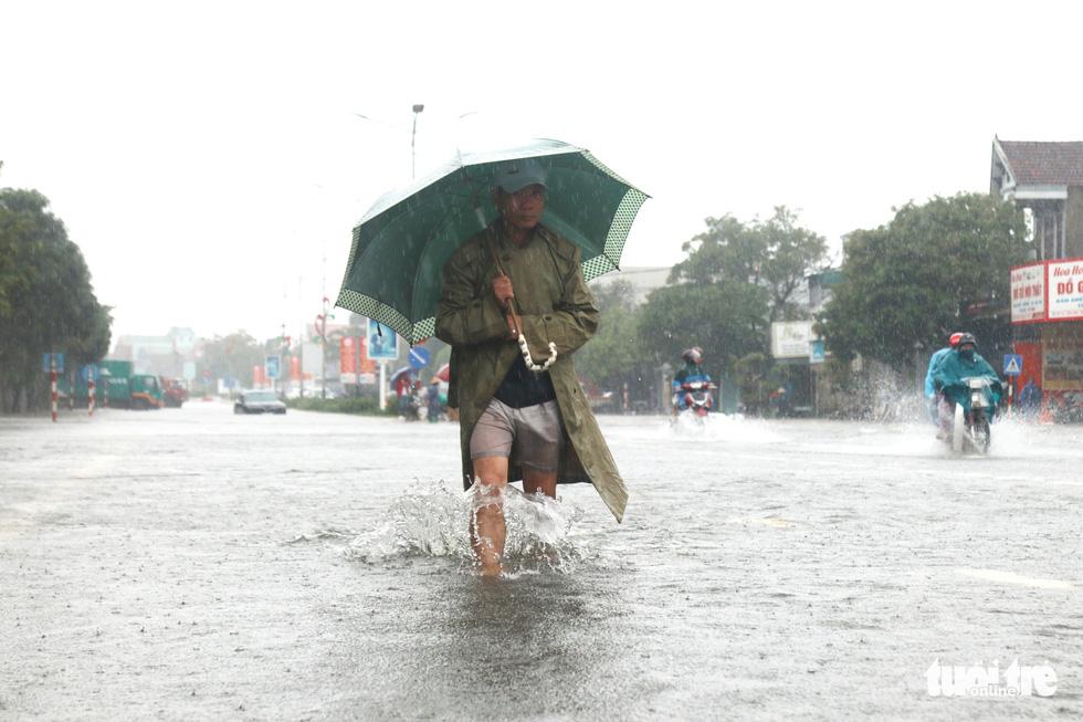 Quốc lộ 1 đoạn qua Hà Tĩnh tê liệt do nước ngập sâu - Ảnh 7.