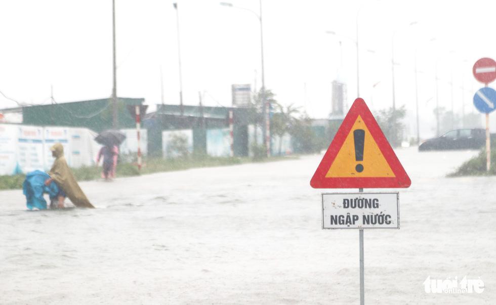Quốc lộ 1 đoạn qua Hà Tĩnh tê liệt do nước ngập sâu - Ảnh 2.