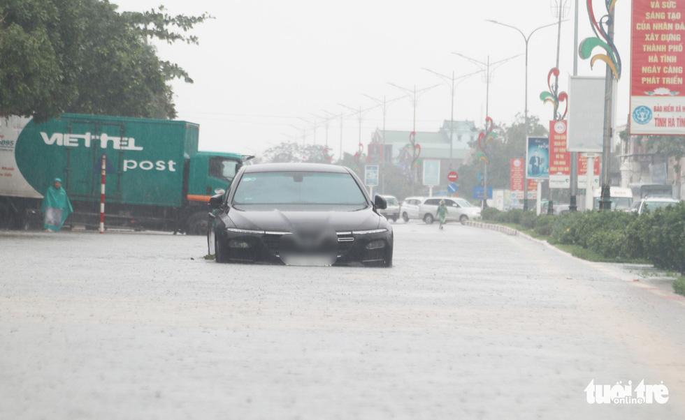 Quốc lộ 1 đoạn qua Hà Tĩnh tê liệt do nước ngập sâu - Ảnh 5.