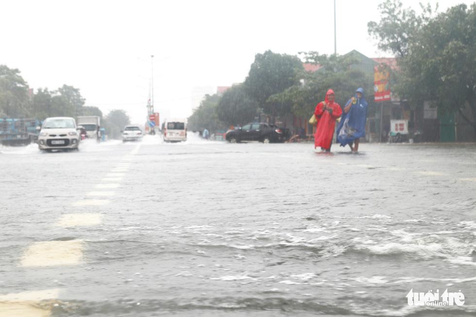 Quốc lộ 1 đoạn qua Hà Tĩnh tê liệt do nước ngập sâu - Ảnh 8.
