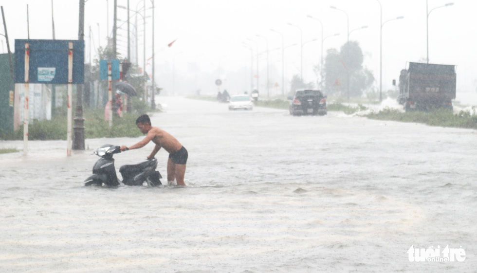 Quốc lộ 1 đoạn qua Hà Tĩnh tê liệt do nước ngập sâu - Ảnh 6.
