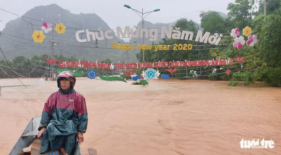 Thị trấn Phong Nha bị nhấn chìm trong lũ - Ảnh 19.