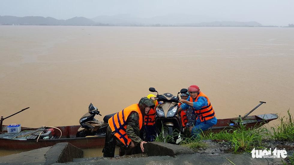 Nước lên nhanh có chỗ 3 mét, dân Quảng Bình tất tả chạy lũ - Ảnh 11.