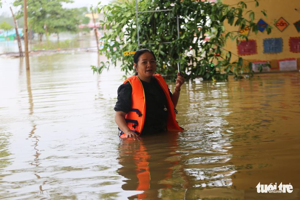 Nước lên nhanh có chỗ 3 mét, dân Quảng Bình tất tả chạy lũ - Ảnh 5.
