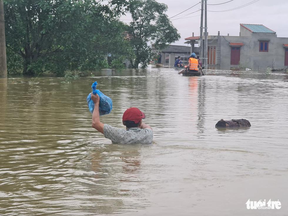 Nước lên nhanh có chỗ 3 mét, dân Quảng Bình tất tả chạy lũ - Ảnh 6.