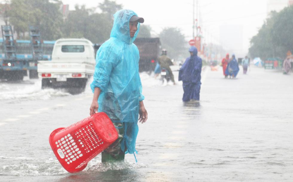 Quốc lộ 1 đoạn qua Hà Tĩnh tê liệt do nước ngập sâu - Ảnh 11.