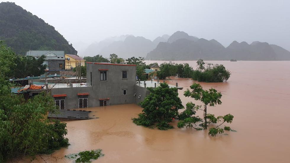 Nước lên nhanh có chỗ 3 mét, dân Quảng Bình tất tả chạy lũ - Ảnh 13.