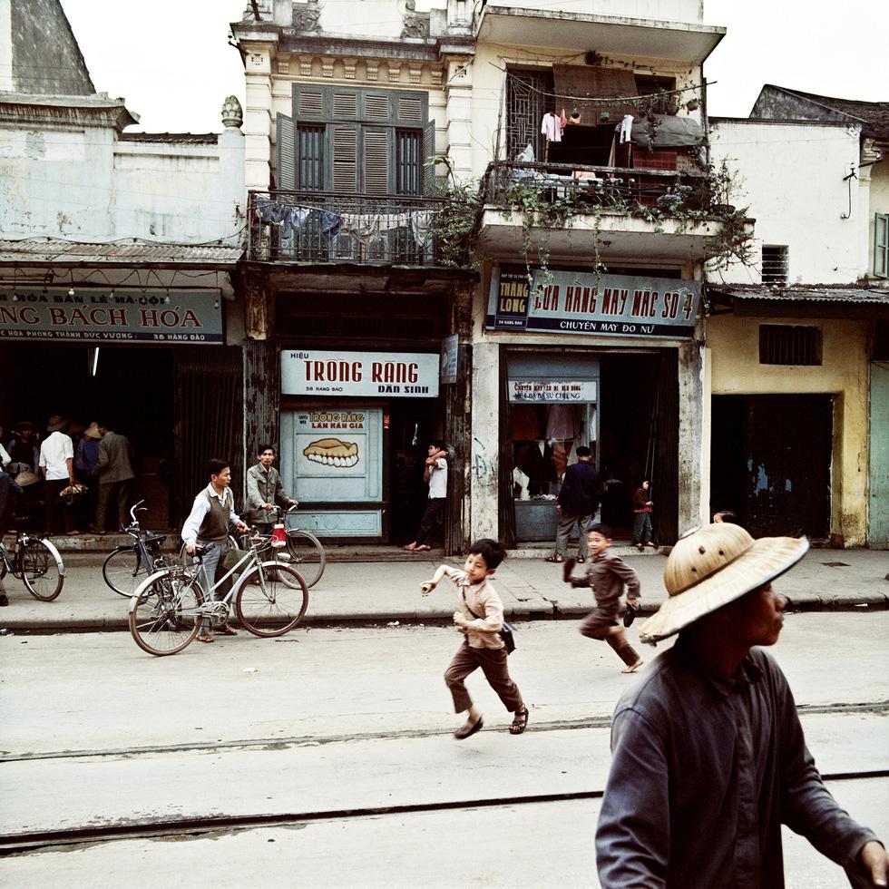 Xúc động ngắm Hà Nội thời hố hầm, tàu điện, máy nước - Ảnh 7.