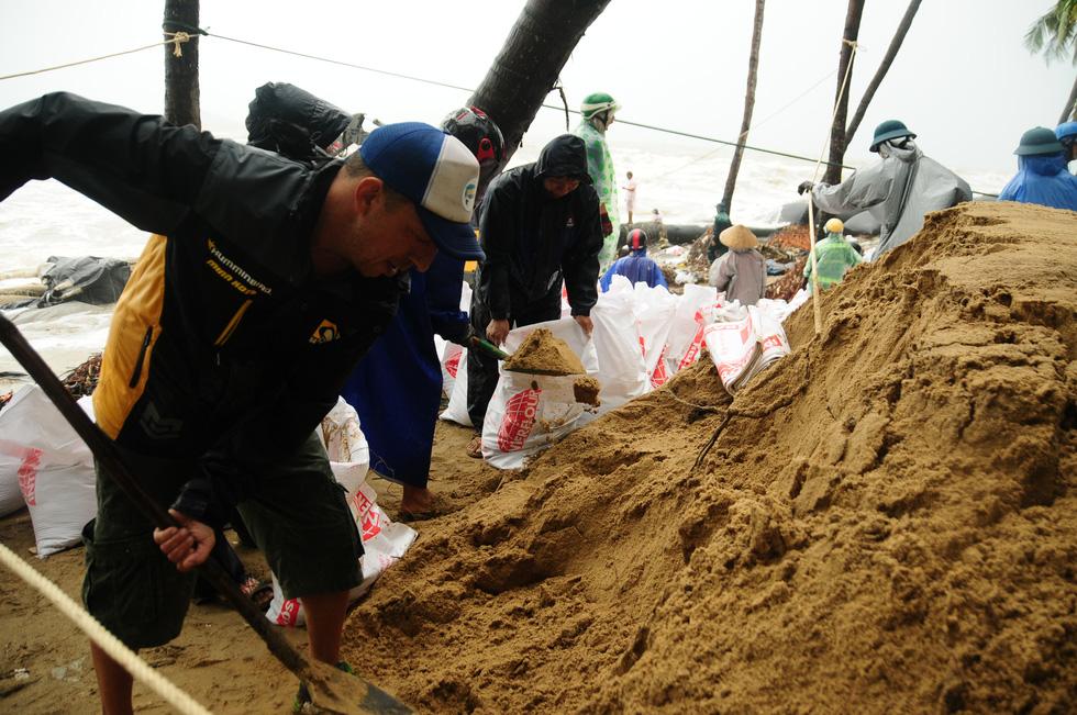 Hàng ngàn dân, quân Hội An đổ ra bờ biển chất bao cát giữ nhà cửa, resort - Ảnh 3.