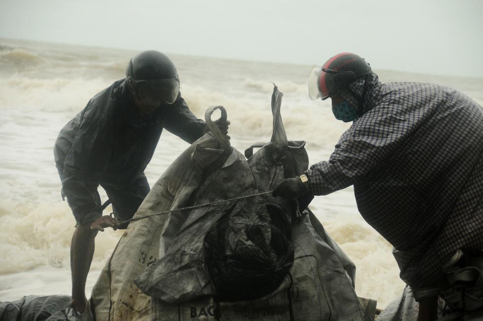 Hàng ngàn dân, quân Hội An đổ ra bờ biển chất bao cát giữ nhà cửa, resort - Ảnh 7.