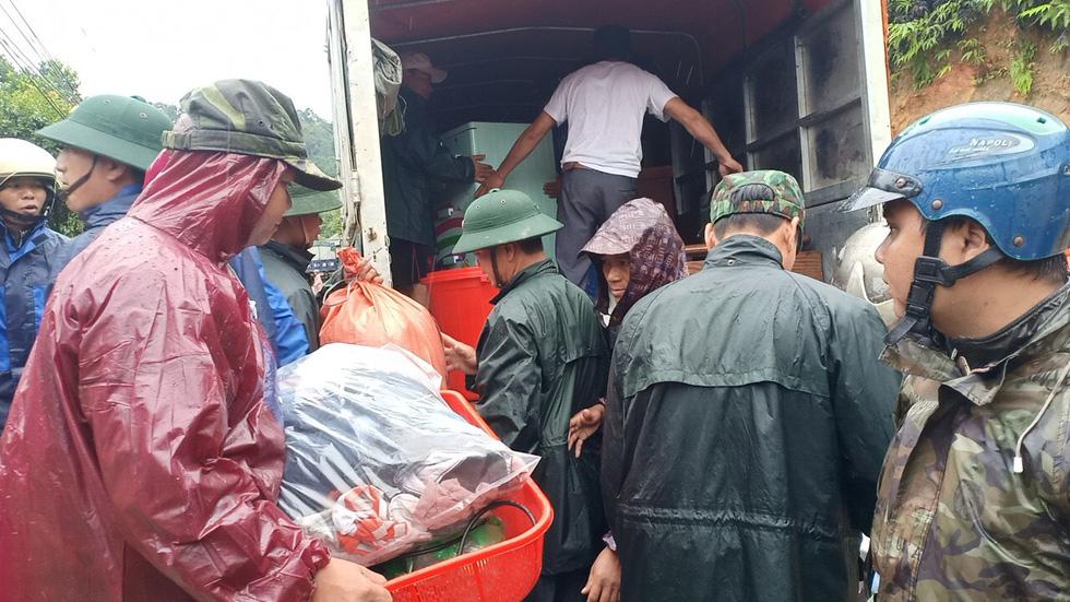 Sạt đồi liên tục, quân đội, công an khẩn cấp đưa dân ra khỏi vùng nguy hiểm - Ảnh 3.