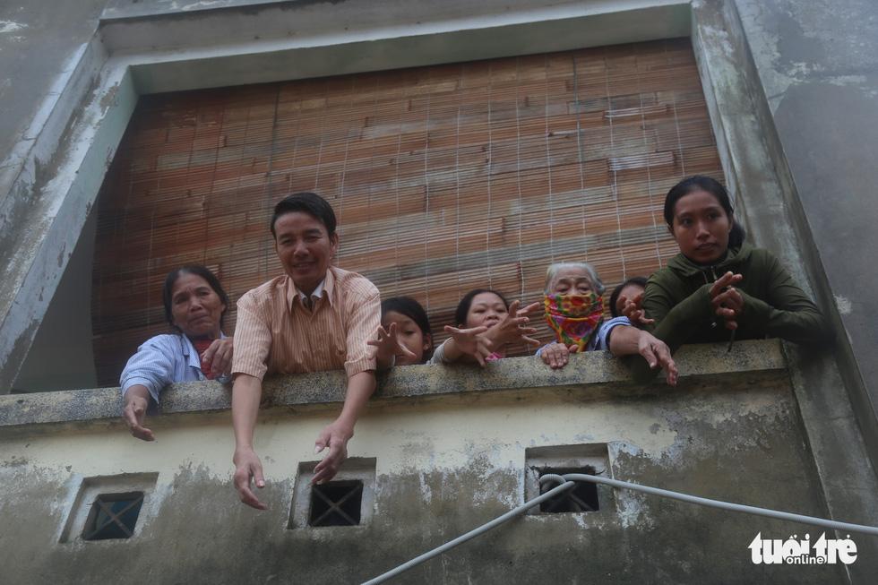 Nhiều đoàn tiếp tế đến rốn ngập Quảng Bình nhưng thiếu ca nô chở hàng - Ảnh 2.