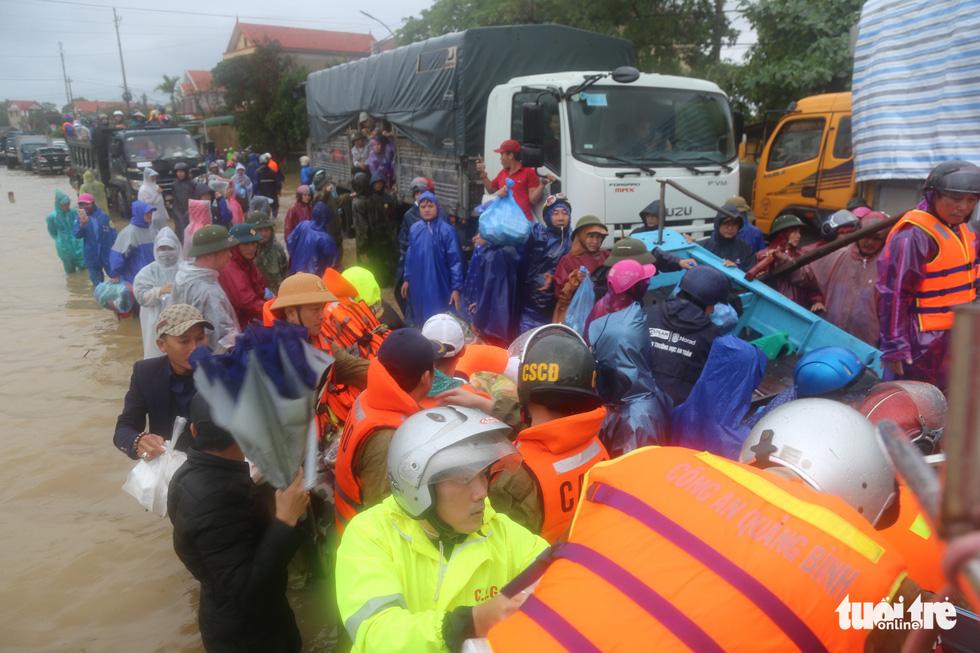 Nhiều đoàn tiếp tế đến rốn ngập Quảng Bình nhưng thiếu ca nô chở hàng - Ảnh 3.