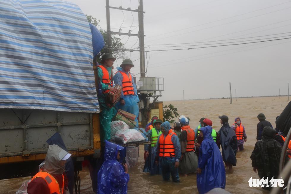 Nhiều đoàn tiếp tế đến rốn ngập Quảng Bình nhưng thiếu ca nô chở hàng - Ảnh 4.