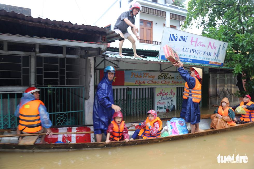Nhiều đoàn tiếp tế đến rốn ngập Quảng Bình nhưng thiếu ca nô chở hàng - Ảnh 5.