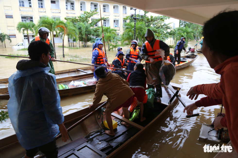 Nhiều đoàn tiếp tế đến rốn ngập Quảng Bình nhưng thiếu ca nô chở hàng - Ảnh 6.