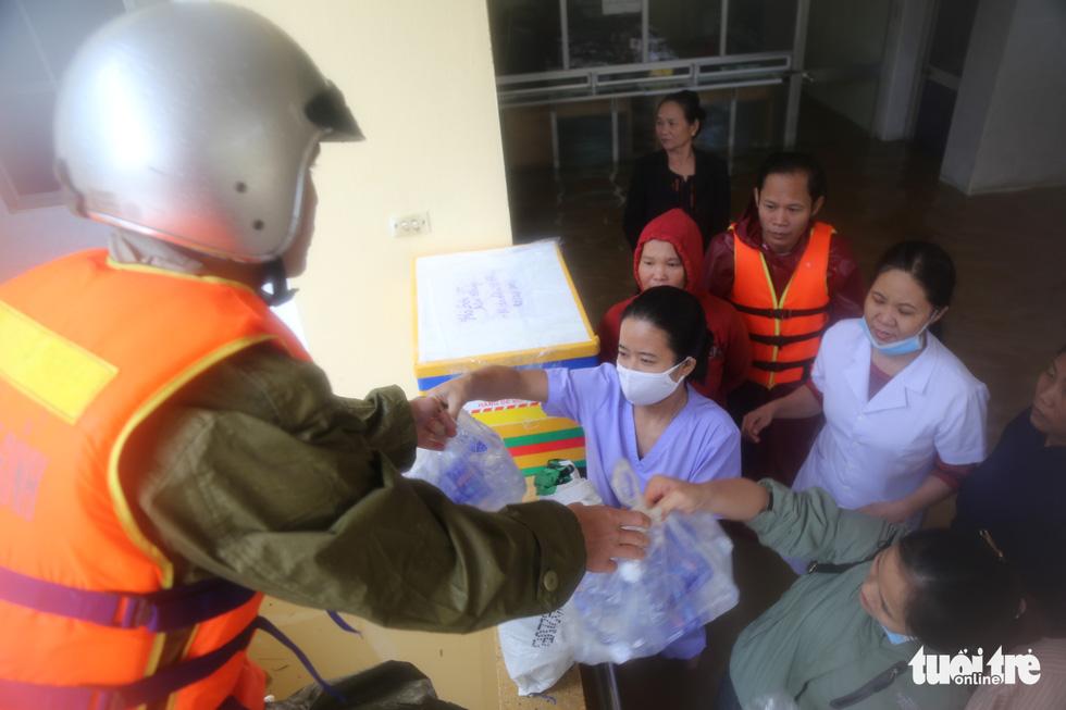 Nhiều đoàn tiếp tế đến rốn ngập Quảng Bình nhưng thiếu ca nô chở hàng - Ảnh 1.