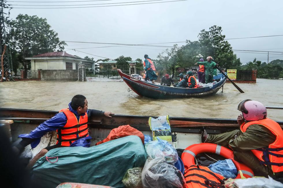 Bến đò cứu trợ cho dân ở rốn lũ Quảng Bình - Ảnh 1.