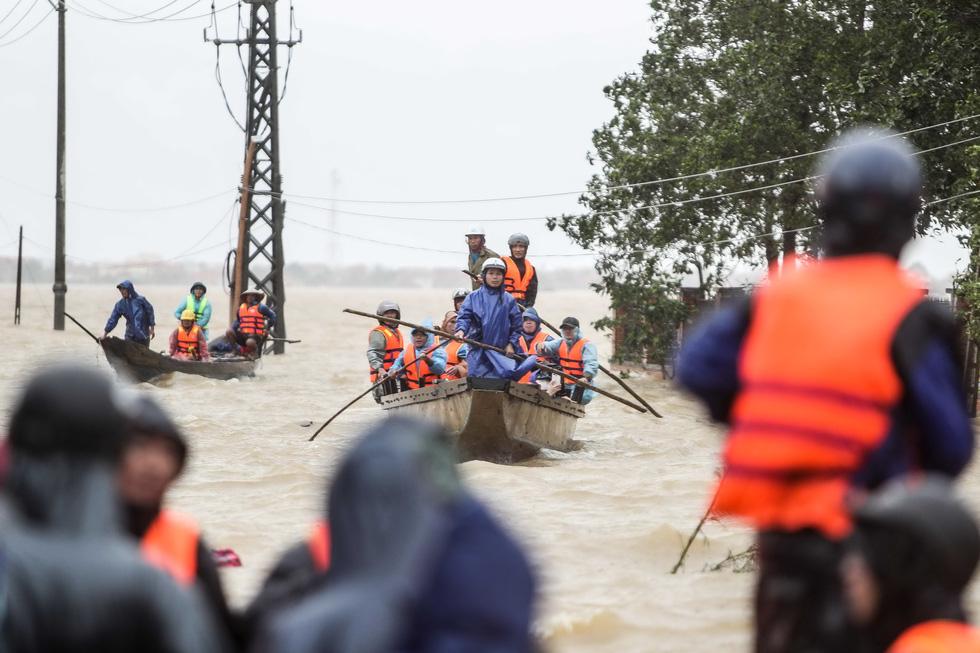 Bến đò cứu trợ cho dân ở rốn lũ Quảng Bình - Ảnh 2.
