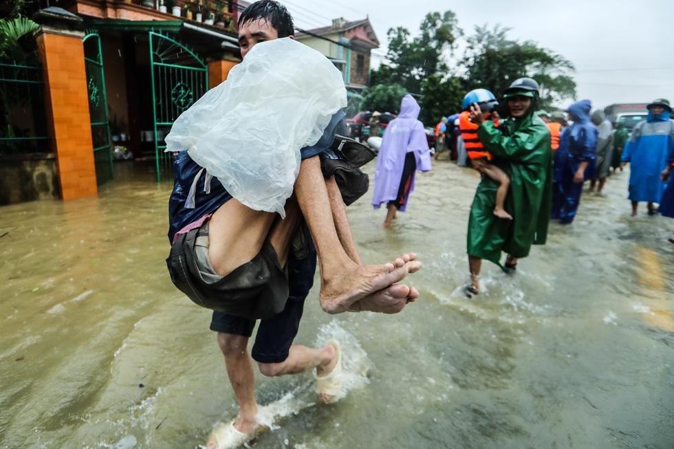 Bến đò cứu trợ cho dân ở rốn lũ Quảng Bình - Ảnh 3.