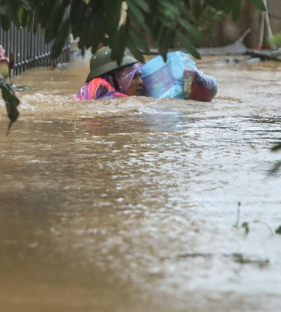 Bến đò cứu trợ cho dân ở rốn lũ Quảng Bình - Ảnh 5.