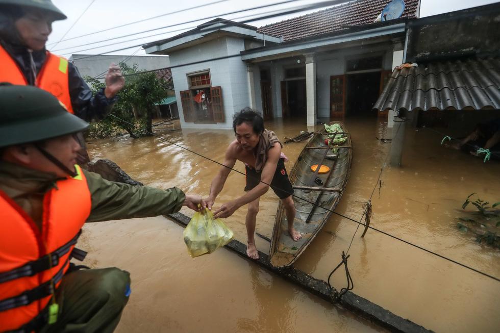 Bến đò cứu trợ cho dân ở rốn lũ Quảng Bình - Ảnh 6.