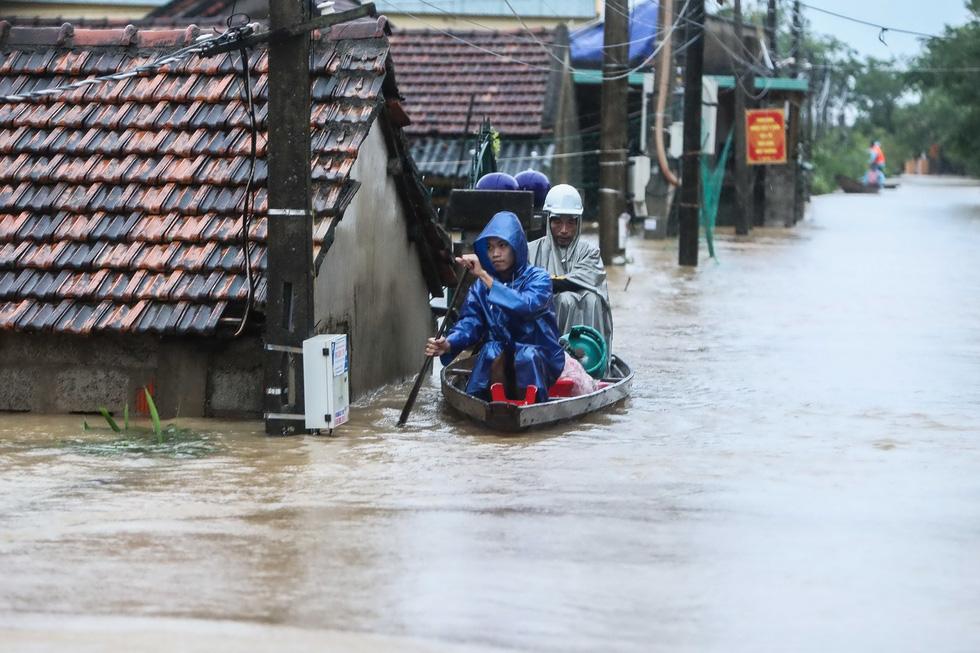 Bến đò cứu trợ cho dân ở rốn lũ Quảng Bình - Ảnh 7.