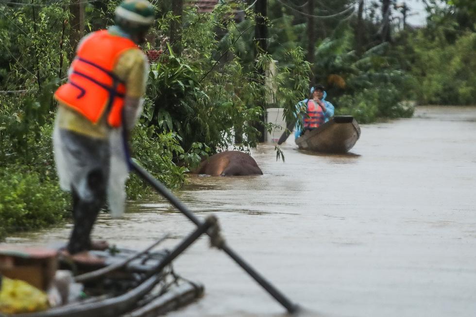 Bến đò cứu trợ cho dân ở rốn lũ Quảng Bình - Ảnh 8.