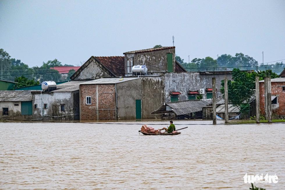 Suất cơm, gói mì nghĩa tình giữa nước lũ tứ bề ở Cẩm Xuyên - Ảnh 13.