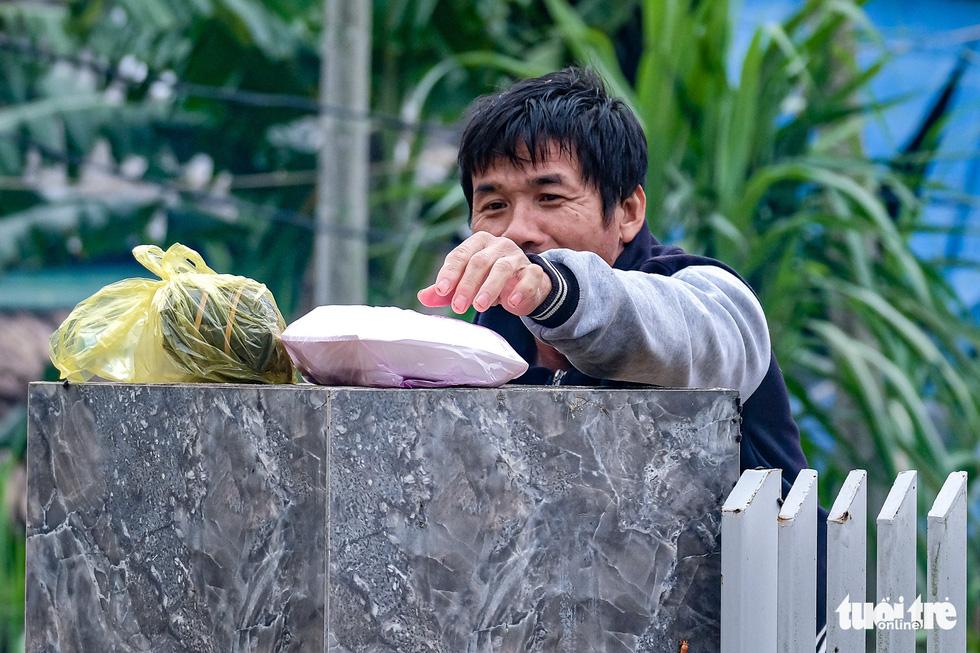 Suất cơm, gói mì nghĩa tình giữa nước lũ tứ bề ở Cẩm Xuyên - Ảnh 10.