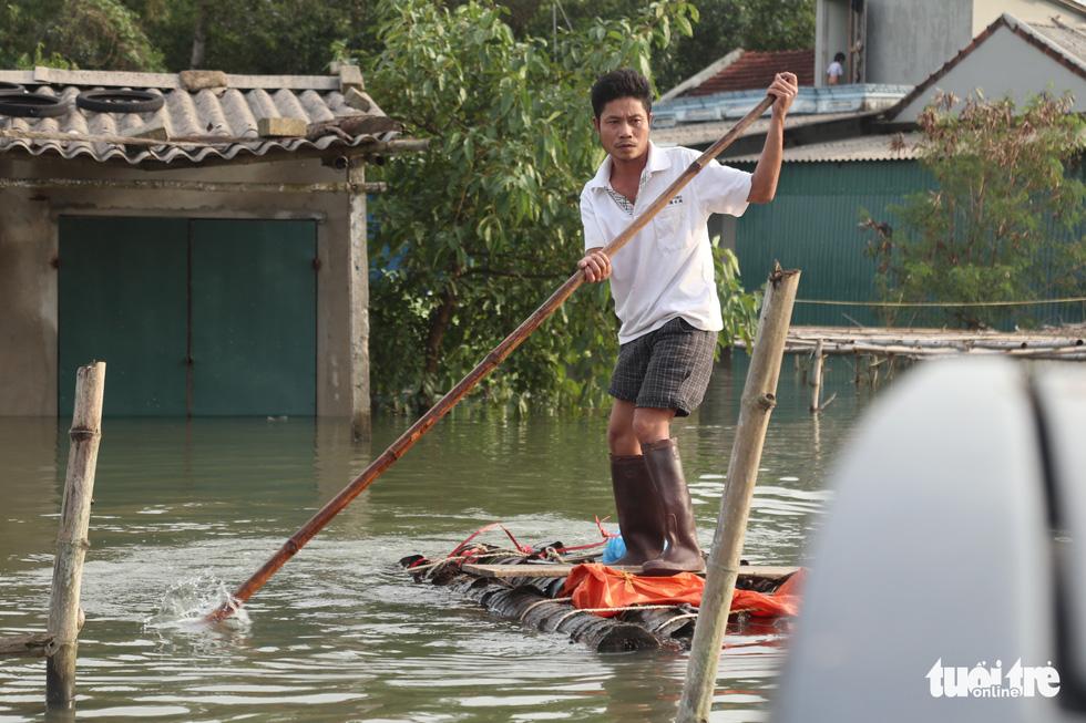 Quà bạn đọc báo Tuổi Trẻ vượt biển nước đến tay người dân Hà Tĩnh - Ảnh 2.