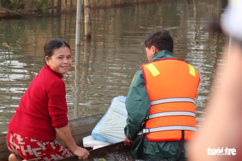 Quà bạn đọc báo Tuổi Trẻ vượt biển nước đến tay người dân Hà Tĩnh - Ảnh 9.