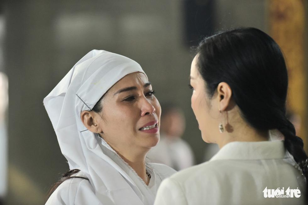 Kim Cương, Giáng My, Việt Trinh nghẹn ngào tiễn đưa nghệ sĩ Lý Huỳnh - Ảnh 9.