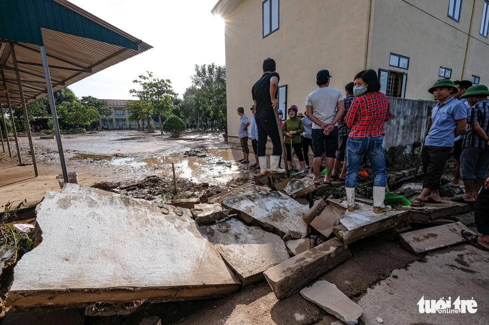 Sau 4 ngày lụt, nhà bỗng dưng chơi vơi như ốc đảo - Ảnh 5.