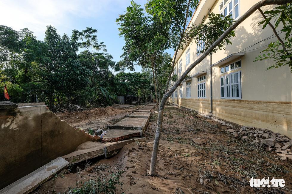 Sau 4 ngày lụt, nhà bỗng dưng chơi vơi như ốc đảo - Ảnh 6.
