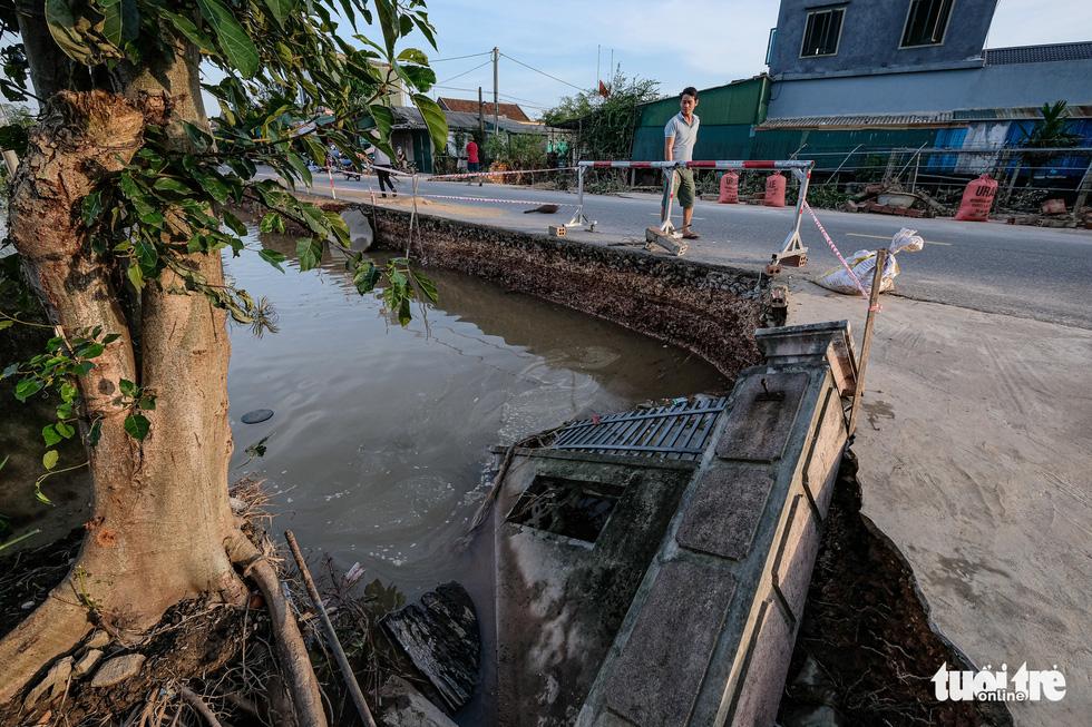Sau 4 ngày lụt, nhà bỗng dưng chơi vơi như ốc đảo - Ảnh 3.