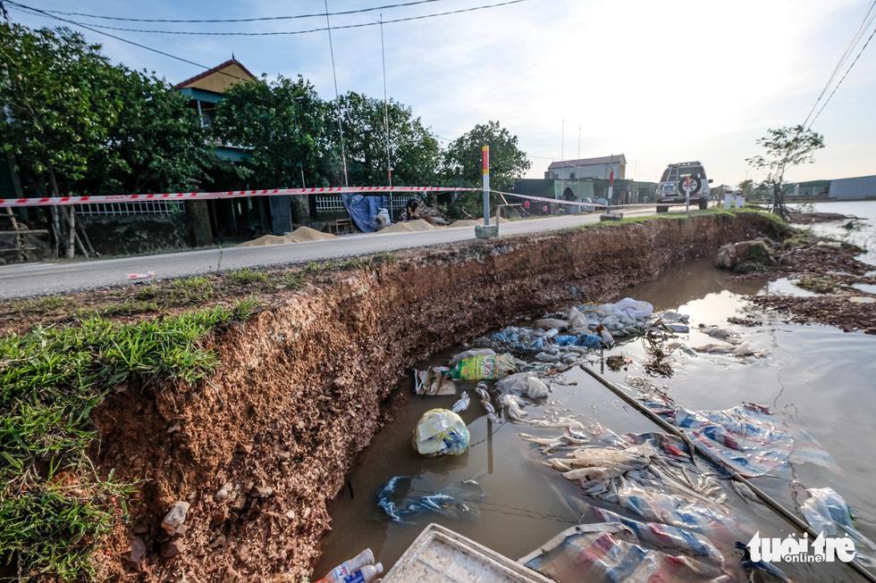 Sau 4 ngày lụt, nhà bỗng dưng chơi vơi như ốc đảo - Ảnh 2.
