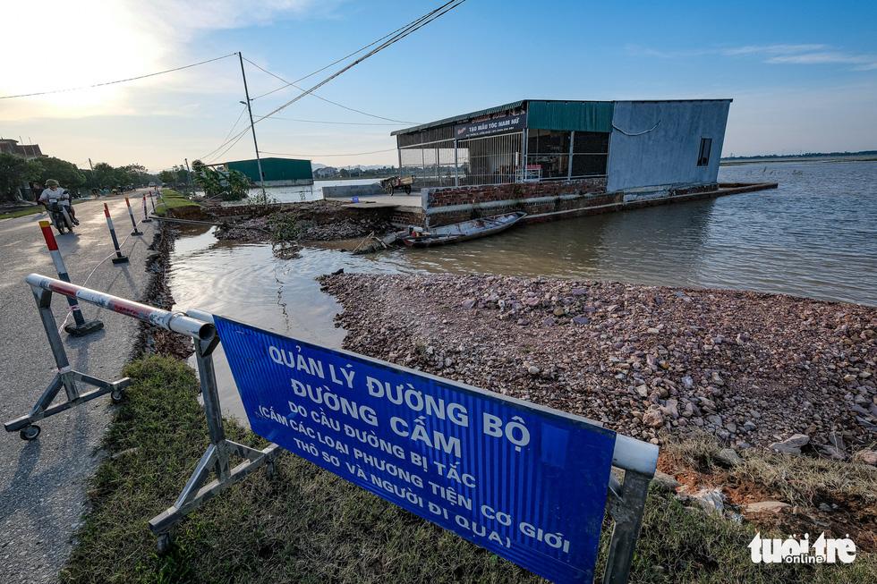 Sau 4 ngày lụt, nhà bỗng dưng chơi vơi như ốc đảo - Ảnh 4.