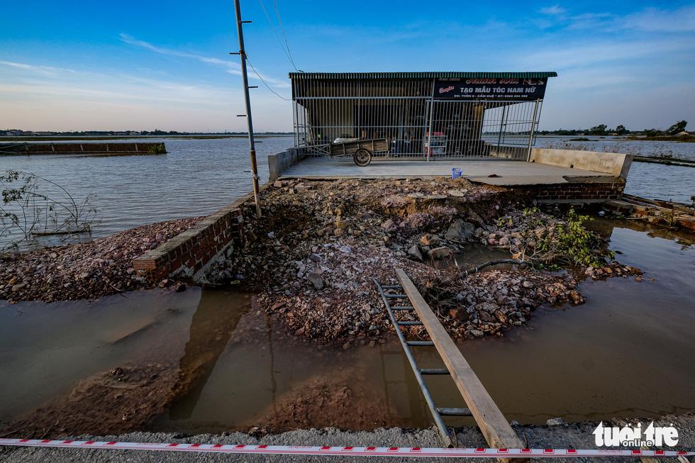 Sau 4 ngày lụt, nhà bỗng dưng chơi vơi như ốc đảo - Ảnh 1.